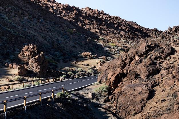 Zijdelings schot van een lege snelweg Gratis Foto