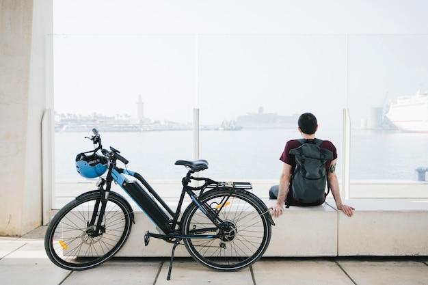 Zijwaarts e-fiets met fietserzitting op achtergrond Gratis Foto