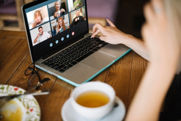 Zijwaarts videogesprek op laptop buiten Premium Foto