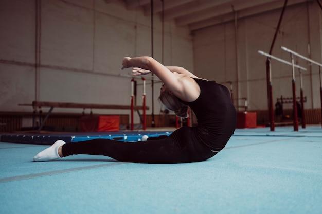 Zijwaartse vrouwentraining voor gymnastiekolympische spelen Gratis Foto