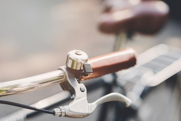 Zilveren bel op handvat van fiets Gratis Foto