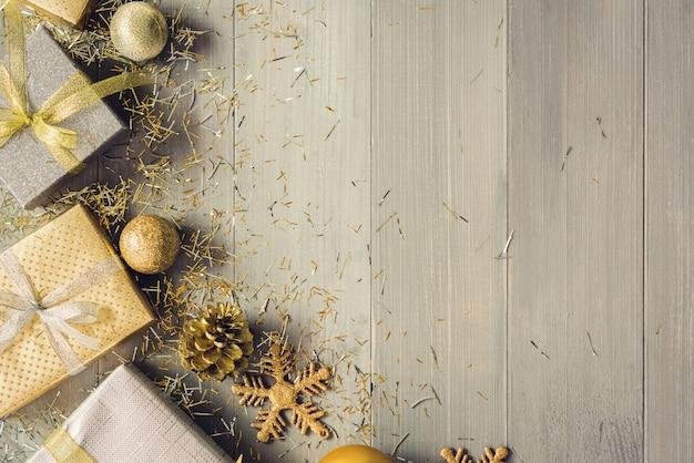 Zilveren en gouden de giftdozen van kerstmis en het verfraaien van punten op houten achtergrond Premium Foto