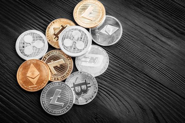 Zilveren en gouden munten met bitcoin Premium Foto