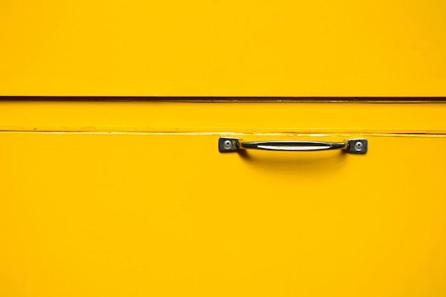 Zilveren handvat bij gele metalen doos Premium Foto