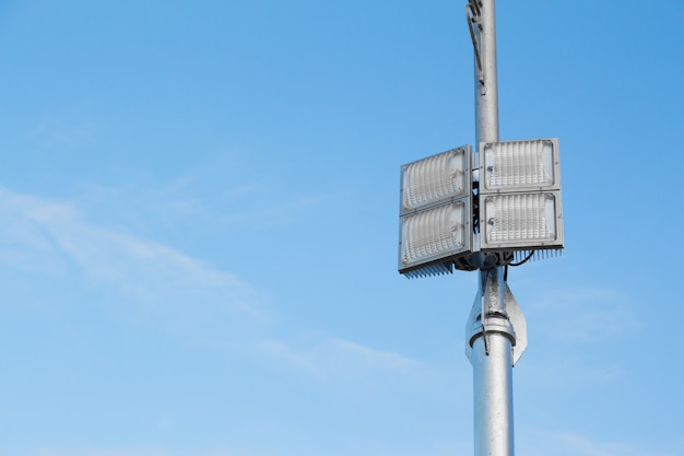 Zilveren lantaarnpaal met een lichte led-lamp aan de rechterkant Premium Foto