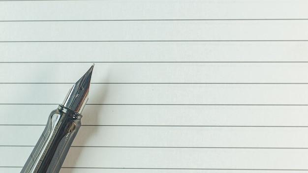 Zilveren pen op houten tafel voor zakelijke inhoud. Premium Foto