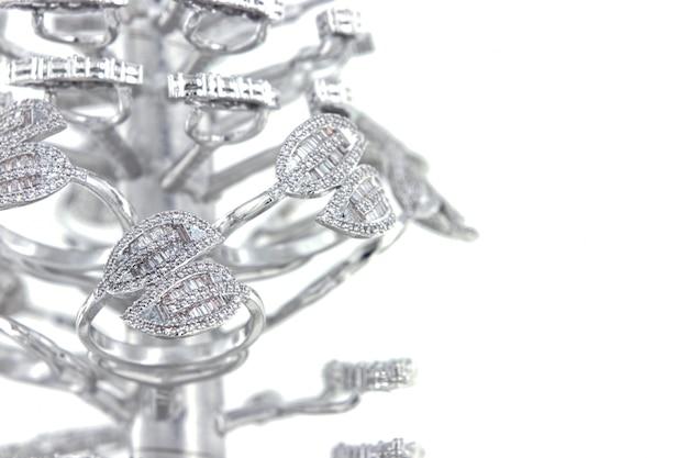 Zilveren ringen met cz baguette vorm op gietboom Premium Foto