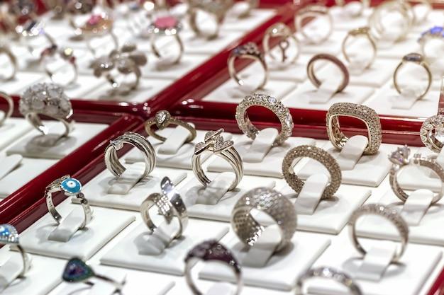 Zilveren ringen met diamanten en andere edelstenen sieraden op display sieraden markt. Premium Foto