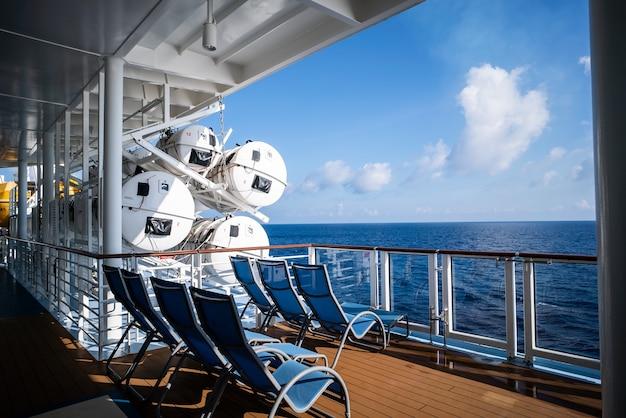 Zitkamerstoelen op dek van cruiseschip Premium Foto