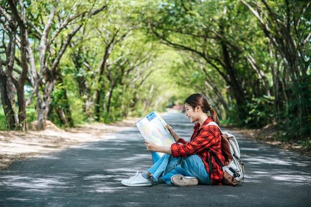 Zitten en kijken naar de kaart onderweg. Gratis Foto