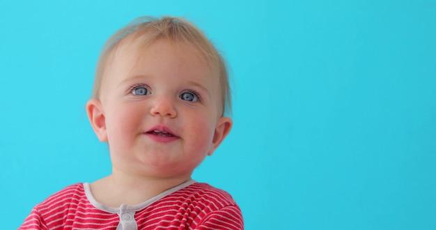 Zoet de close-upportret van het babymeisje van geïsoleerd kind Premium Foto