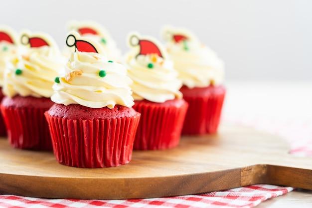 Zoet dessert met cupcake rood fluweel Gratis Foto