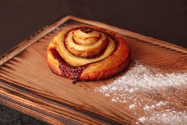 Zoet gebak voor thee en koffie. broodje met hagelslag. Premium Foto