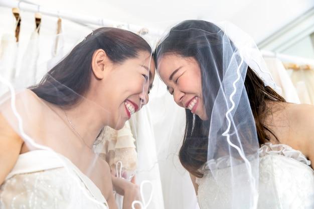 Zoet moment van liefde. portret van aziatisch homoseksueel paar in bruidjurk. concept lgbt-lesbienne. Premium Foto