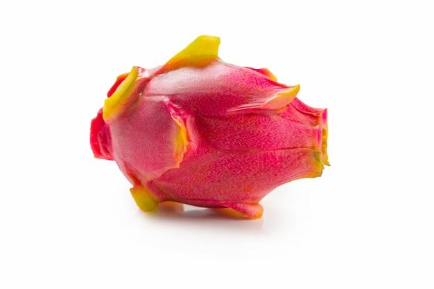 Zoet smakelijk draakfruit of pitaya die op wit wordt geïsoleerd. Premium Foto