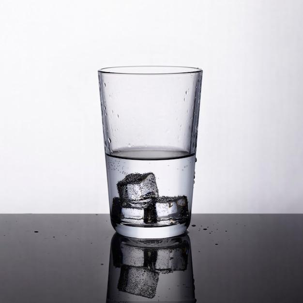 Zoet waterglas met ijsblokjes Premium Foto