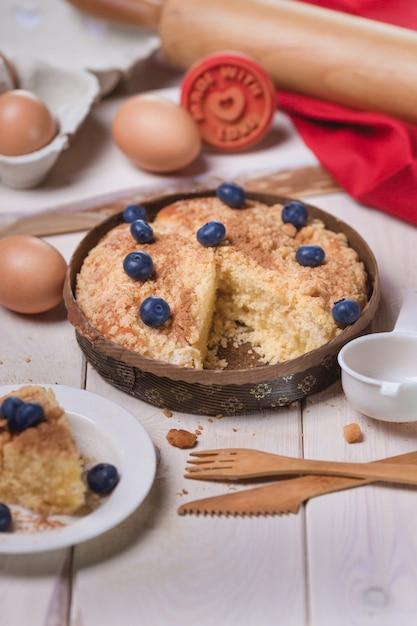 Zoete cake bakken met bosbessen Gratis Foto