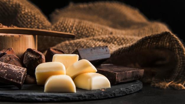 Zoete chocoladeregeling op donker raadsclose-up Gratis Foto