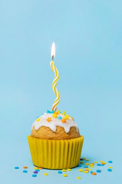 Zoete cupcake met een aangestoken kaars Gratis Foto