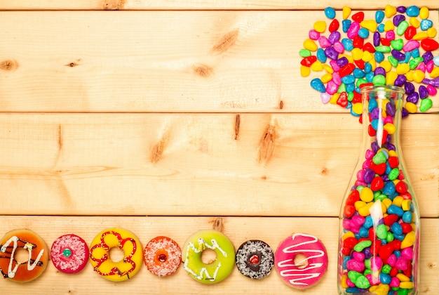 Zoete donutspastelkleur op houten achtergrond Premium Foto