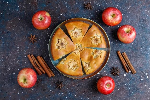 Zoete eigengemaakte appeltaart met kaneel. Gratis Foto