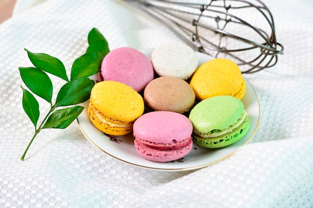 Zoete en kleurrijke franse bitterkoekjes. kleurrijke macarons-cakes. Premium Foto