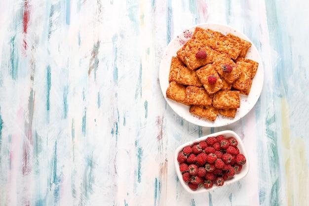 Zoete heerlijke frambozenjamkoekjes met rijpe frambozen, bovenaanzicht Gratis Foto