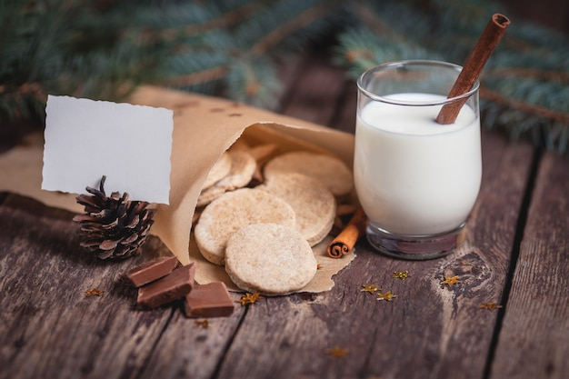 Zoete kerstkoekjes met melk op houten bureaus Gratis Foto