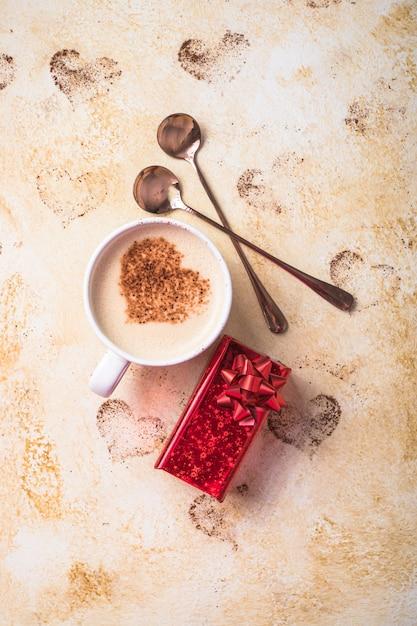 Zoete koffiedrank in de vorm van harten voor valentijnsdag Premium Foto