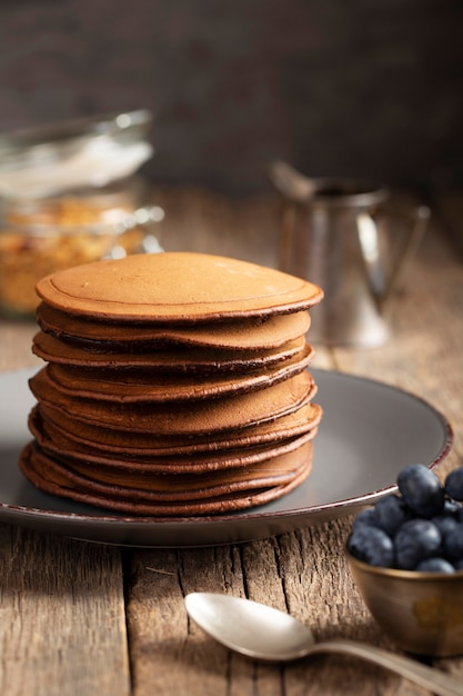 Zoete pannekoeken op plaat met bosbessen Gratis Foto