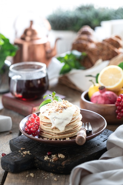 Zoete pannenkoeken met bessen en saus Premium Foto