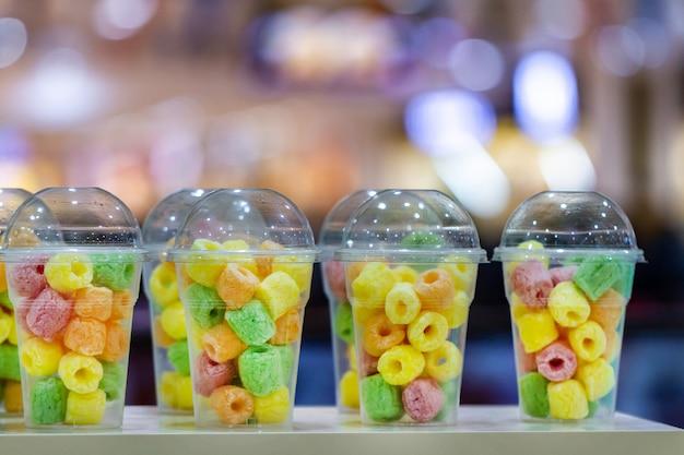 Zoete taaie snoepjes en marmelades in een glas bij bar Premium Foto