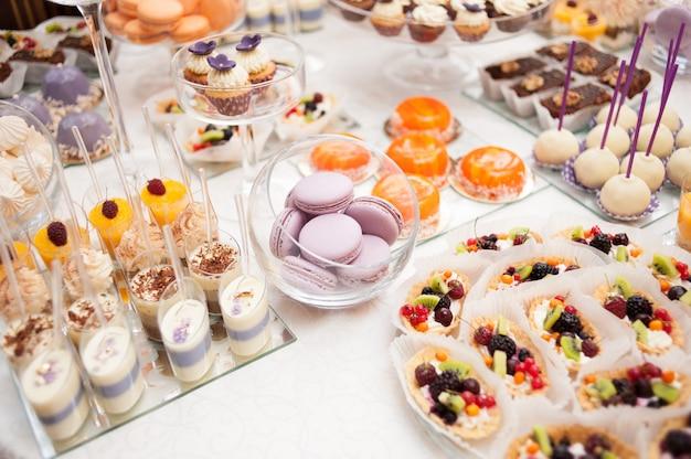 Zoete tafel bij huwelijksviering Premium Foto
