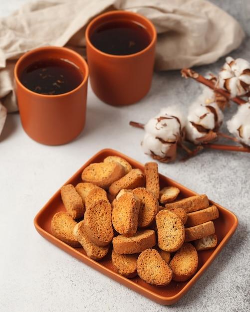 Zoete thee en koffie. koekjes, pretzels, crackers. zoete geneugten voor thee Premium Foto