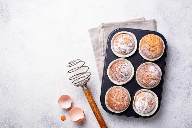 Zoete zelfgemaakte cakejes in steunschotel Premium Foto