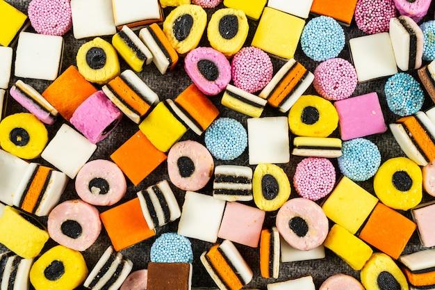 Zoethout candys achtergrond, snoep vallen op wollen deken Premium Foto