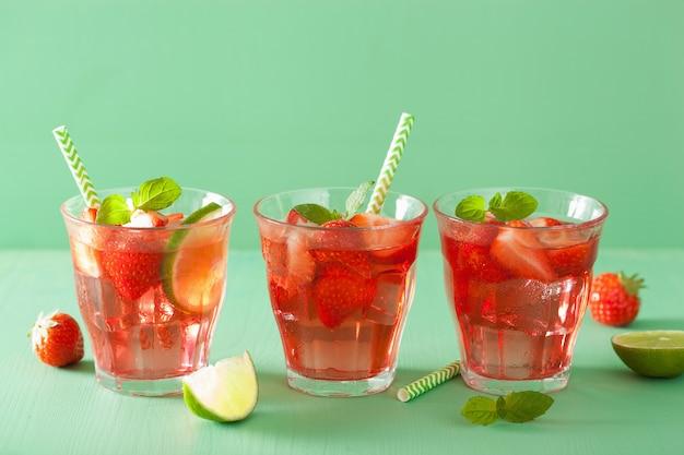 Zomer aardbeien limonade met limoen en munt Premium Foto