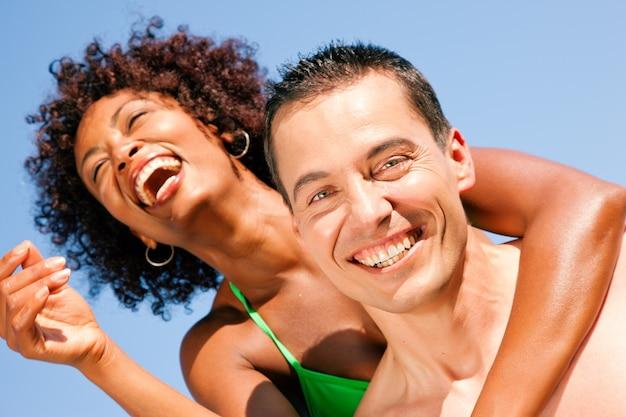 Zomer bikini meisje met vriendje Premium Foto
