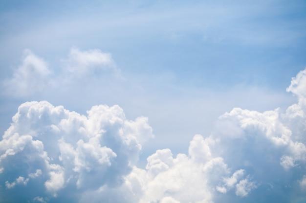 Zomer blauwe hemel zachte wolk witte enorme hoop wolk zonneschijn Premium Foto