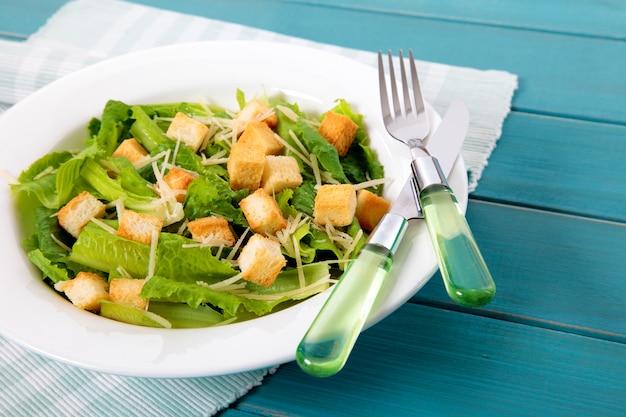 Zomer caesar salade op picknicktafel Gratis Foto