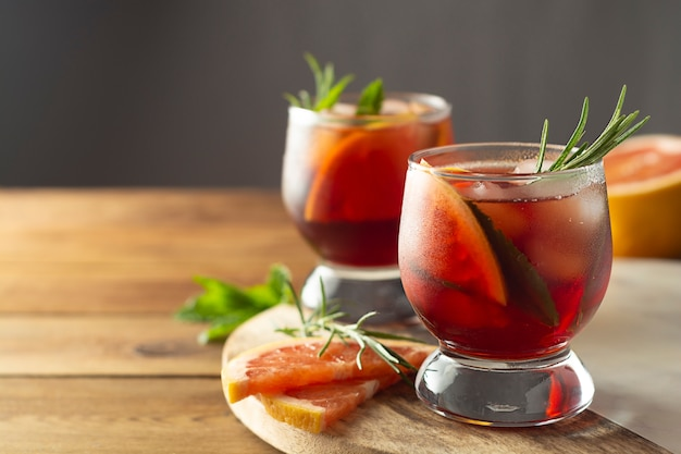 Zomer drankje. fruit verfrissende koude cocktail. houten tafel. Premium Foto