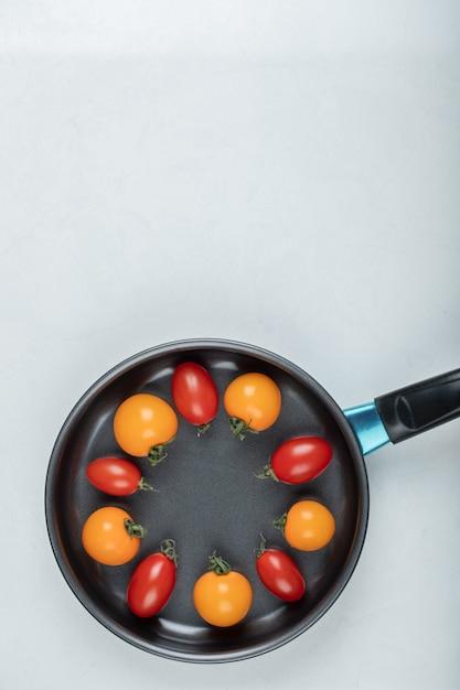 Zomer eten. kleurrijke tomaten binnenkant van pan. hoge kwaliteit foto Gratis Foto