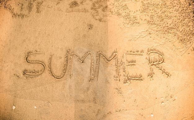 Zomer geschreven in het zand Gratis Foto