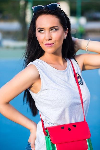 Zomer helder portret van jonge schoonheid brunette vrouw, met lange haren, casual trendy outfit dragen. Gratis Foto