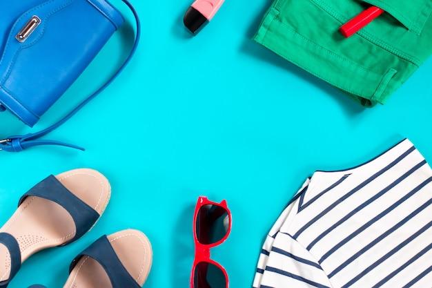 Zomer kledingcollectie van een mode-vrouw Premium Foto