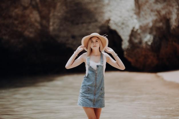 Zomer levensstijl afbeelding van gelukkig prachtige vrouw lopen op het strand van tropisch eiland. glimlachen en genieten van het leven in het paradijs. Gratis Foto
