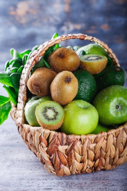 Zomer mand met groene groenten en fruit. Premium Foto