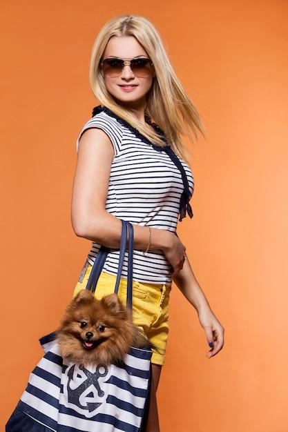 Zomer. mooie blonde met hond Gratis Foto