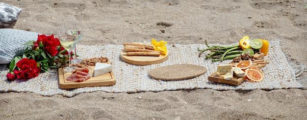 Zomer mooie romantische picknick aan zee. het concept van vakantie en rust. Gratis Foto