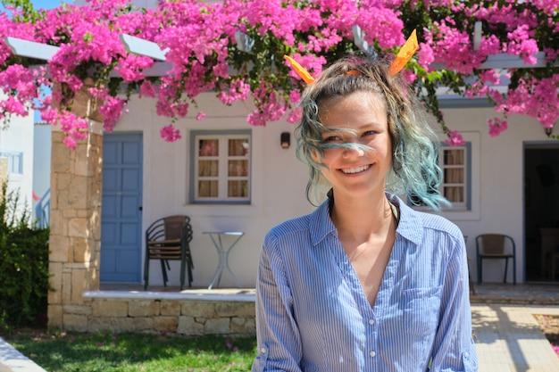 Zomer portret van een mooie tiener, glimlachend vrouw met blauw haar Premium Foto